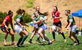 Palla-trasporto del rugby delle donne Fotografia Stock