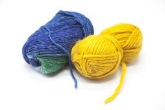 Palla verde blu e gialla del filato di lana per tricottare fine su su un fondo bianco Fotografie Stock Libere da Diritti