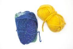 Palla verde blu e gialla del filato di lana per tricottare fine su su un fondo bianco Fotografia Stock