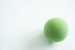 Palla verde di sforzo su bianco Immagine Stock Libera da Diritti