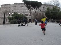 Pallacanestro del gioco sotto il Colosseum immagini stock