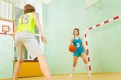 Pallacanestro di gocciolamento dell'adolescente durante la partita immagini stock libere da diritti