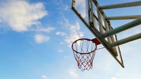 Pallacanestro di sport del cielo blu a posizione fotografie stock