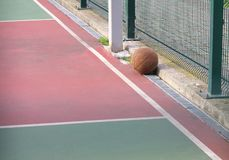 Pallacanestro, gli atleti dimenticati sul campo da pallacanestro all'aperto dopo l'allenamento Fotografia Stock Libera da Diritti