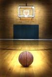 Pallacanestro sulla corte della palla per concorrenza e gli sport Immagini Stock
