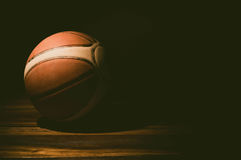 Pallacanestro sulla corte Sfera di pallacanestro Fotografie Stock Libere da Diritti