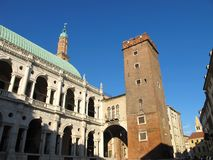 Palladian-Basilika und mittelalterlicher Turm Stockbilder