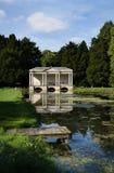 Palladian bro - den formella trädgården & sjön - nordliga Engalnd Arkivbilder