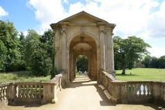 Palladian most przy Stowe krajobrazem uprawia ogródek w Buckinghamshire, Anglia zdjęcia royalty free