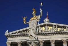 Pallas Athena, diosa de la sabiduría, colocándose delante del edificio austríaco del parlamento en Viena fotografía de archivo libre de regalías