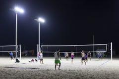 Pallavolo alla spiaggia dell'aquilone nel Dubai Fotografia Stock Libera da Diritti