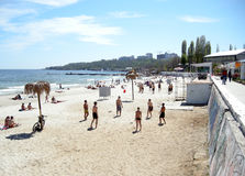 Pallavolo del gioco dei giovani sulla spiaggia di sabbia Fotografie Stock Libere da Diritti