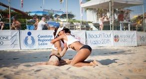 Pallavolo della spiaggia Scarica della spiaggia Celebrazione dei giocatori felice fotografie stock libere da diritti