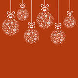 Palle bianche decorative di Natale dei fiocchi di neve su fondo rosso Immagine Stock Libera da Diritti