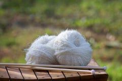 Palle bianche di woll su una sedia di legno Fotografia Stock Libera da Diritti