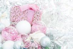 Palle bianche e rosa e una collana con un primo piano del regalo Immagini Stock Libere da Diritti