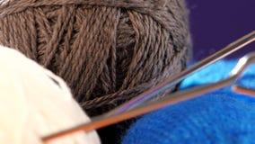 Palle bianche, grige e blu del filato con i raggi stock footage
