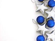 Palle blu delle decorazioni di Natale e stelle d'argento Immagine Stock Libera da Diritti