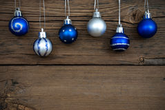 Palle blu e d'argento dell'albero di Natale su legno Immagini Stock Libere da Diritti