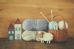 Palle calde e accoglienti del filato di lana sulla tavola di legno Fotografia Stock Libera da Diritti