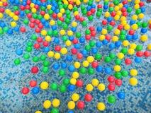 Palle colorate che galleggiano in acqua Immagini Stock Libere da Diritti