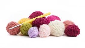 Palle colorate del filo della lana da lavorar all'uncinettoe Immagine Stock