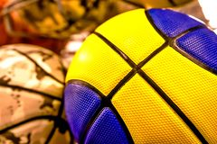 Palle colorate luminose per pallacanestro, pallavolo fotografie stock