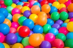 Palle Colourful nel campo da giuoco fotografie stock