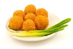 Palle croccanti del formaggio con la cipolla verde sul piatto Fotografia Stock Libera da Diritti