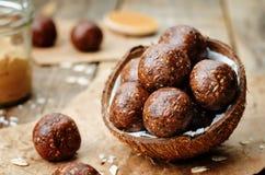 Palle crude del cacao della noce di cocco dell'avena del burro di arachidi del vegano Immagini Stock