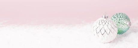 Palle d'annata del nuovo anno di Natale nella neve sullo spazio posto piano della copia del fondo rosa Bagattelle di festa, bella fotografie stock libere da diritti