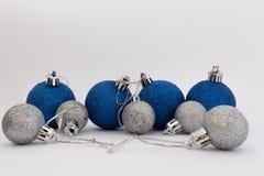 Palle d'argento e blu di Natale su fondo bianco fotografia stock