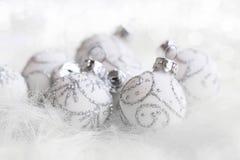 Palle d'argento luccicanti festive primo piano, stagione invernale C di Natale Immagine Stock Libera da Diritti