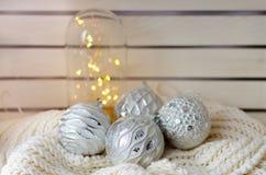 Palle d'argento per un albero di Natale Fotografie Stock Libere da Diritti