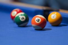 Palle da biliardo arancio, verdi, gialle e rosse in un biliardo Fotografia Stock Libera da Diritti