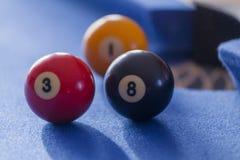Palle da biliardo rosse, gialle e nere in un biliardo Fotografie Stock