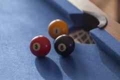 Palle da biliardo rosse, gialle e nere in un biliardo Fotografia Stock Libera da Diritti