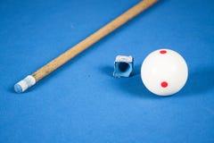 Palle da biliardo, stecca e gesso su un biliardo blu Osservato da Fotografie Stock