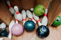 Palle da bowling di danno e schiantato con i perni alla scatola Immagine Stock