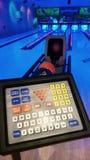Palle da bowling e pannello di controllo in vicolo di bowling Immagini Stock Libere da Diritti