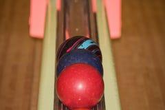 Palle da bowling nella pista Immagini Stock Libere da Diritti