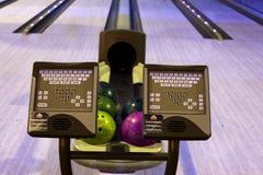 Palle da bowling in una fila Immagine Stock
