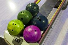 Palle da bowling in una fila Immagini Stock
