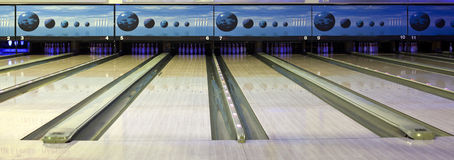 Palle da bowling in una fila Fotografie Stock