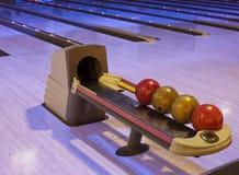 Palle da bowling in una fila Fotografia Stock