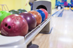 Palle da bowling in una linea Immagini Stock
