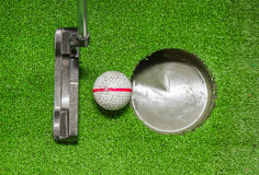 Palle da golf e putter anziani su erba artificiale Immagine Stock