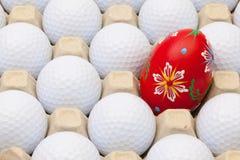 Palle da golf nella scatola per le uova e la decorazione di Pasqua Immagine Stock