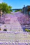 Palle decorative variopinte che appendono sopra il villaggio gay in via di Sainte-Catherine di Montreal, Quebec, Canada fotografie stock