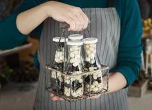 Palle del cioccolato della tenuta del cuoco unico in barattoli di vetro Fotografia Stock